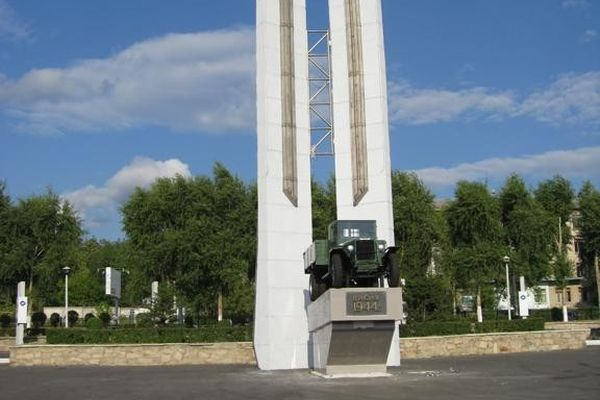 Памятник с семейный Миасс Мемориальный комплекс с барельефом в человеческий рост Майский
