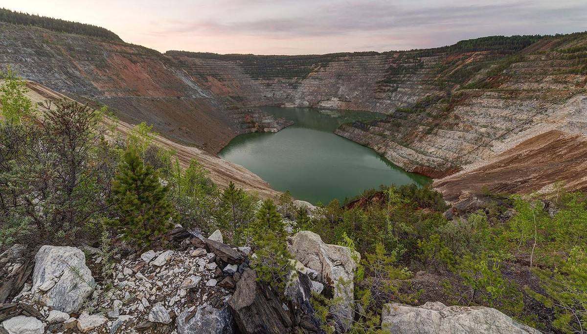 4. Ново-Черемшанский никелевый карьер - яма 250 метров в глубину. HDR (фотоаппарат Nikon D610, широкоугольный объектив Samyang 14/2.8, три кадра)