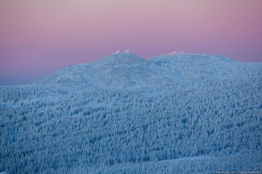 Фиолетово-розовый закат зимой на Урале. Вид на Малый Иремель