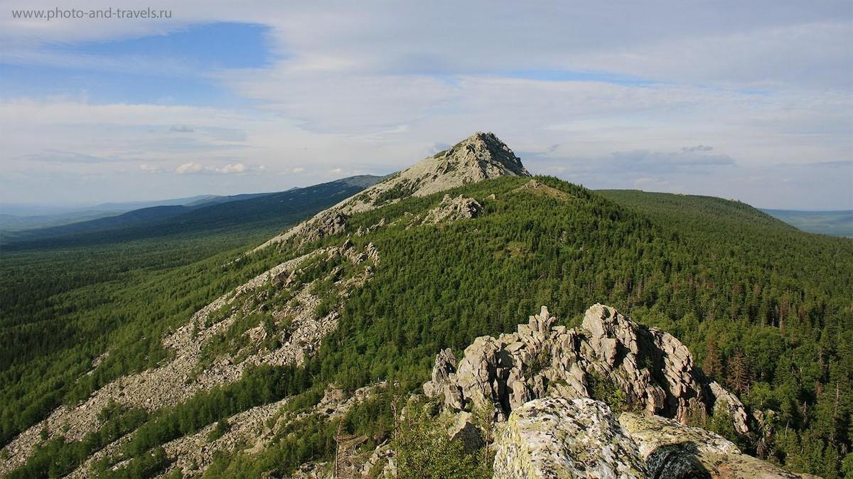 1. Отдых на Урале. Вид на вершину Откликной гребень со стороны Митькиных скал в национальном парке Таганай
