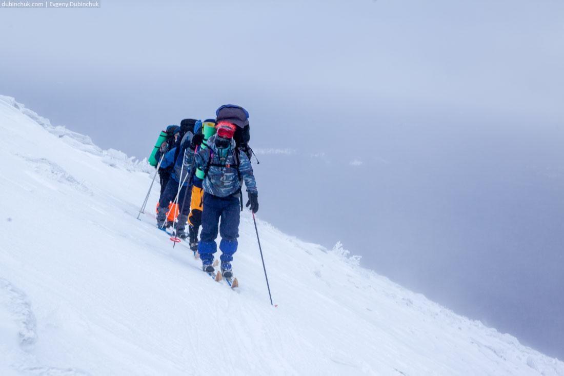 Траверс на лыжах крутого склона хребта Нургуш