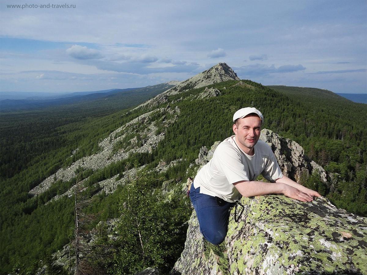 3. Поход выходного дня в горы Южного Урала. Для тех, кто боится высоты, как ваш покорный слуга, карабканье на сопку у Митькиных скал может стать испытанием. На заднем плане - Откликной гребень. Он закрывает Круглицу