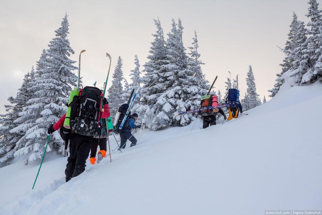 Подъем по сугробам в лыжном походе по Уралу