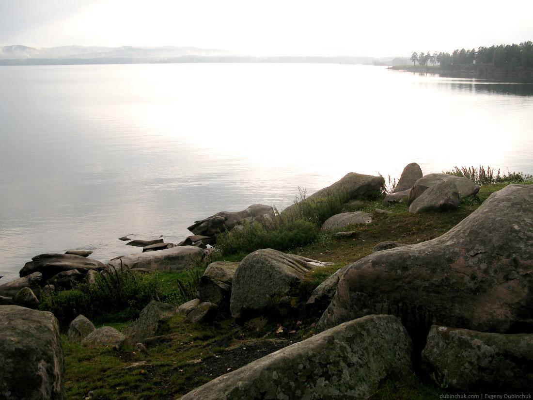 Озеро Иткуль. Путешествие на велосипеде в одиночку по Уралу. Bright landscape of stones on the lakeside