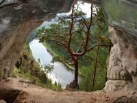 Карстовая арка в Айской долине.