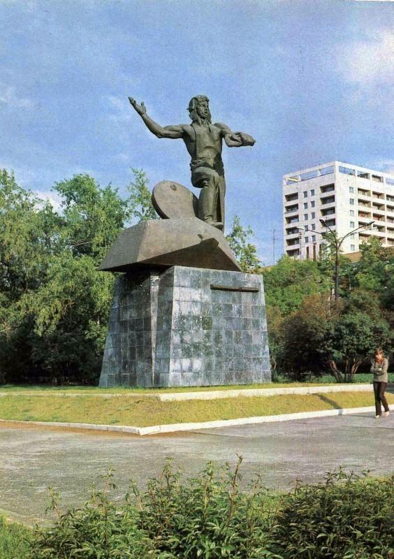 Челябинск. Памятник Добровольцам-танкистам. Фото В. Иванова,  1984 год.