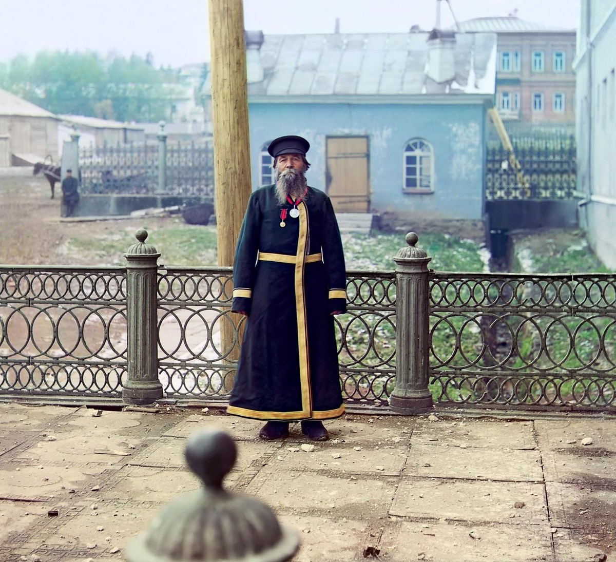 Андрей Петров Калганов. Бывший мастер завода. На службе был 55 лет, от роду 72 г. Имел счастие подносить хлеб-соль Его Императорскому Величеству Государю Императору Николаю II
