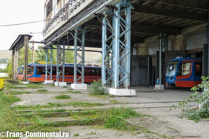 Транспордер возит трамвайные вагоны между этими путями