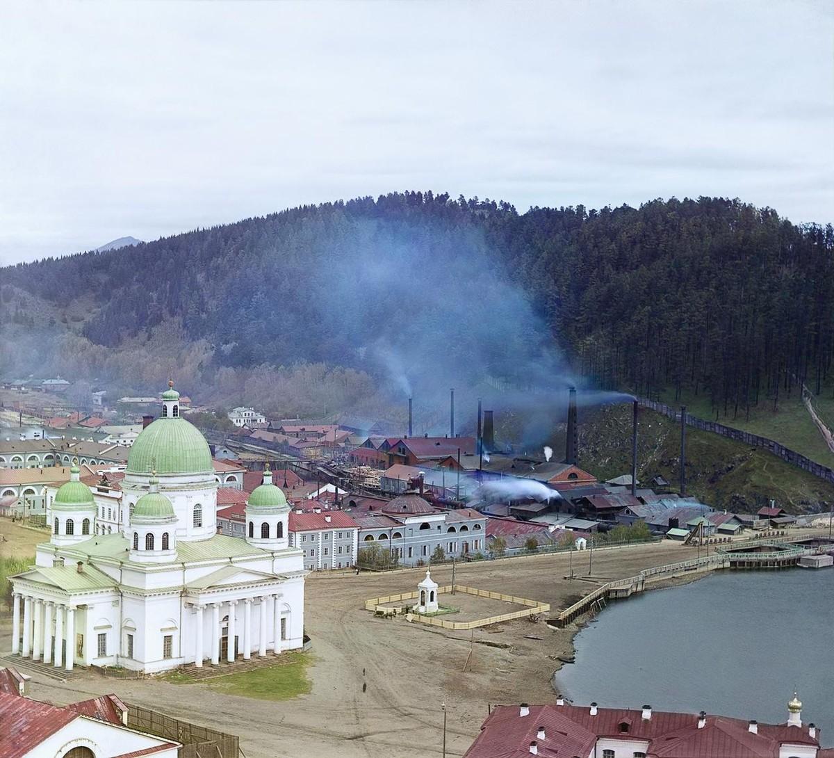 Общий вид Златоустовского завода и Троицкий собор