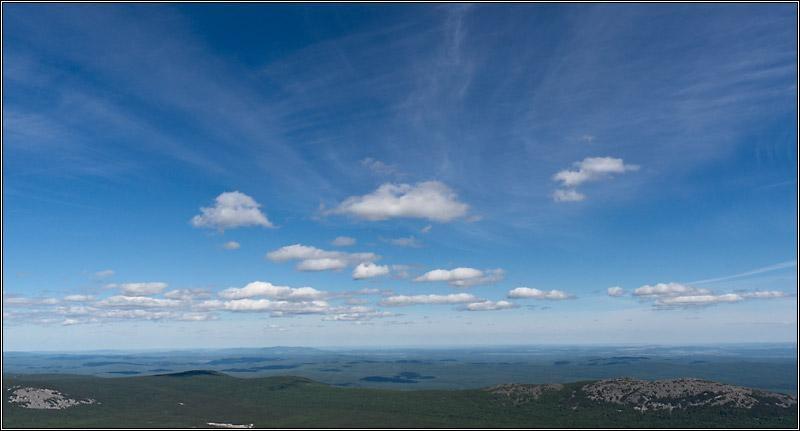 Редкие облачка. Вид с вершины Иремеля. Южный Урал. 2013