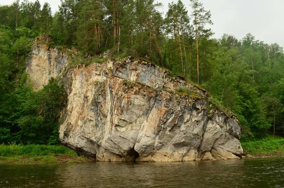 Скала в реке Ай
