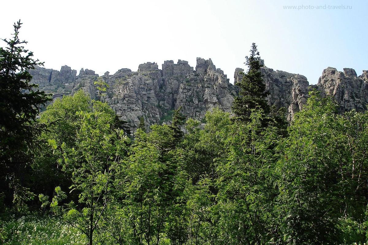11. Таганай. Откликной гребень появляется незаметно из-за деревьев. На фото не передать, но эта громадина поражает воображение своей монументальностью, тишиной, тайгой внизу