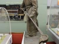 Музей ММК. Памятник металлургу. Автор:  Байдерины.