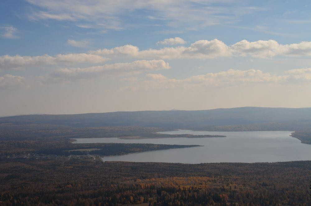 Вид сверху на озеро Зюраткуль
