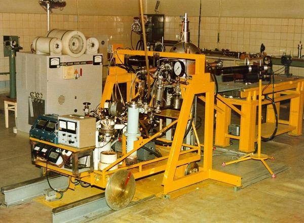 Установка для исследований лазеров с ядерной накачкой