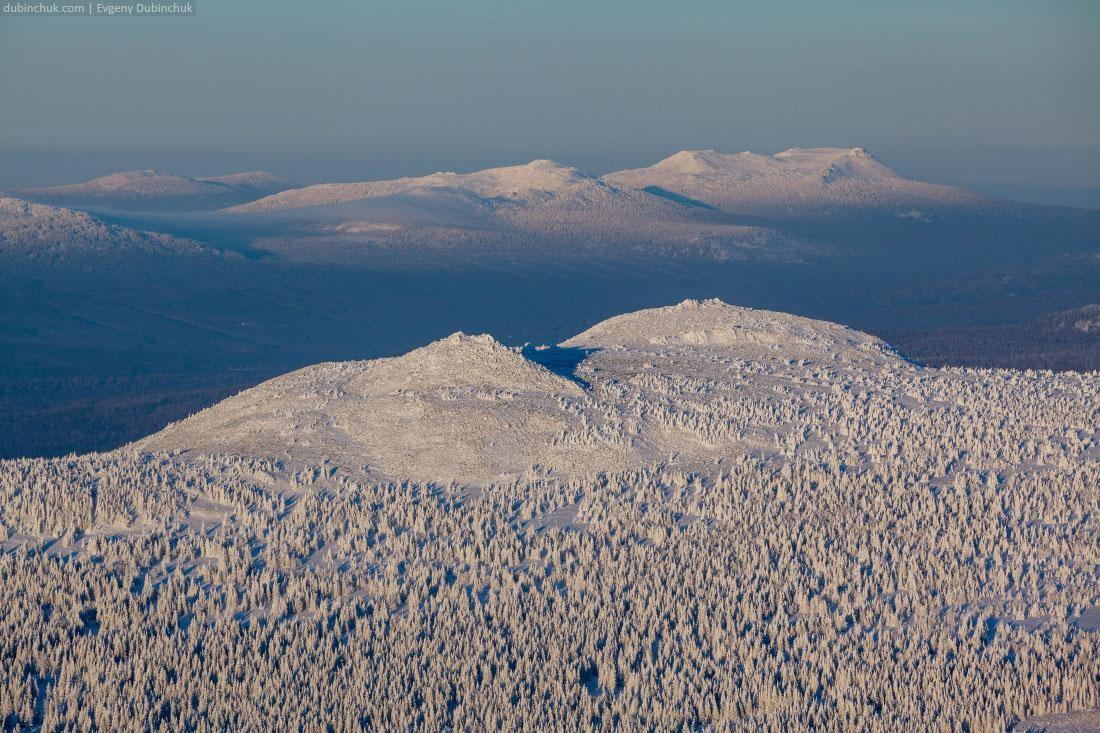 Заснеженные горы с еловым лесом. Южный Урал